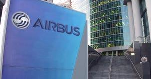 Straatsignage raad met Luchtbusembleem De moderne wolkenkrabber van het bureaucentrum en tredenachtergrond Het redactie 3D terugg Stock Foto's