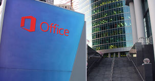 Straatsignage raad met Microsoft Office-embleem Moderne wolkenkrabber en tredenachtergrond Het redactie 3D teruggeven Royalty-vrije Stock Foto's