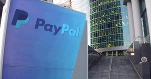 Straatsignage raad met Paypal-embleem De moderne wolkenkrabber van het bureaucentrum en tredenachtergrond Het redactie 3D terugge Stock Afbeelding