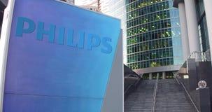 Straatsignage raad met Philips-embleem De moderne wolkenkrabber van het bureaucentrum en tredenachtergrond Het redactie 3D terugg Royalty-vrije Stock Afbeeldingen