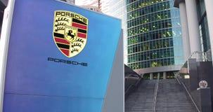 Straatsignage raad met Porsche-embleem De moderne wolkenkrabber van het bureaucentrum en tredenachtergrond Het redactie 3D terugg Stock Foto's