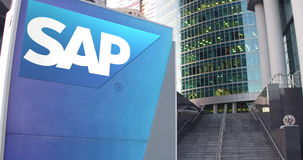 Straatsignage raad met SAP-het embleem van SE De moderne wolkenkrabber van het bureaucentrum en tredenachtergrond Het redactie 3D Royalty-vrije Stock Afbeelding