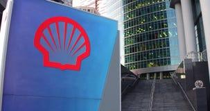 Straatsignage raad met Shell Oil Company-embleem De moderne wolkenkrabber van het bureaucentrum en tredenachtergrond Redactie 3D Stock Foto's