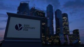 Straatsignage raad met 21ste Century Fox-embleem in de avond De vage achtergrond van bedrijfsdistrictswolkenkrabbers stock video