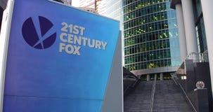 Straatsignage raad met 21ste Century Fox-embleem De moderne wolkenkrabber van het bureaucentrum en tredenachtergrond Redactie4k 3 stock footage