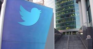Straatsignage raad met Twitter, N.v. embleem De moderne wolkenkrabber van het bureaucentrum en tredenachtergrond Redactie 3D Royalty-vrije Stock Foto's