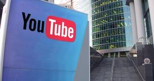 Straatsignage raad met Youtube-embleem De moderne wolkenkrabber van het bureaucentrum en tredenachtergrond Het redactie 3D terugg Royalty-vrije Stock Fotografie