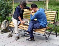 Straatspel van vreemdelingenschaak stock afbeeldingen