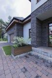 Straatsteendeuropening aan modern huis stock foto