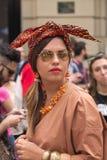 Straatstijl: Mensen die de Gucci-Modeshow in Milaan wachten bij te wonen, 23 Juni 2014 Royalty-vrije Stock Fotografie