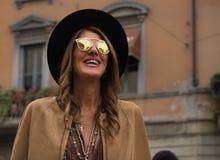Straatstijl tijdens Milan Fashion Week voor Daling/de Winter van 2015-16 Stock Fotografie