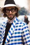 Straatstijl tijdens Milan Fashion Week voor Daling/de Winter van 2015-16 Stock Foto's