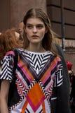 Straatstijl tijdens Milan Fashion Week voor de Lente van/de Zomer van 2015 Stock Fotografie