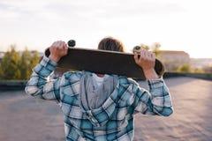 Straatsubcultuur Skateboarder met skateboard royalty-vrije stock foto's