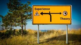 Straatteken aan Ervaring tegenover Theorie stock afbeelding