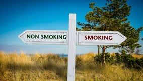Straatteken die tegenover niet het Roken roken stock foto's