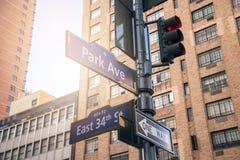 Straattekens de Stad in van Manhattan, New York Stock Foto