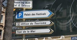 Straattekens met Richtingen in Cannes Frankrijk stock video