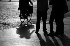 Straattoeschouwers en een fietser in silhouet Stock Afbeeldingen
