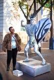 Straatuitvoerder die als een zilveren standbeeld handelen stock foto