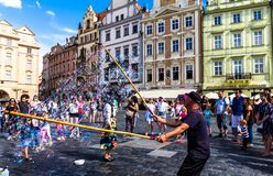 Straatuitvoerder die zeepachtige bellen maken bij Oud Stadsvierkant praag Royalty-vrije Stock Fotografie