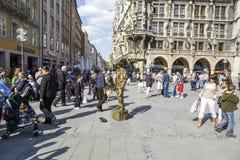 Straatuitvoerder in Marienplatz in München Stock Fotografie