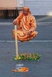 Straatuitvoerder, mens die in Rome, Italië levitatie ondergaan stock fotografie