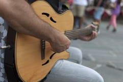 Straatuitvoerder met gitaar Royalty-vrije Stock Fotografie