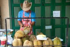 Straatventer die durian fruit verkopen royalty-vrije stock fotografie