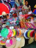 Straatventer die gekleurde ventilators in quiapo, Manilla, Filippijnen in Azië verkopen Stock Afbeeldingen