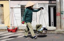 Straatventer met palmblad kegelhoed in Hanoi, Vietnam royalty-vrije stock afbeelding
