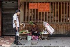 Straatventer verkopend voedsel bij de stad in royalty-vrije stock fotografie