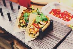 Straatventer verkopende taco in openlucht, close-up van verpakte snacks Royalty-vrije Stock Foto