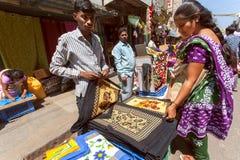 Straatventer verkopende textiel voor Indische housewifes Royalty-vrije Stock Afbeeldingen