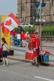 Straatventer Walking op de Dag van Canada royalty-vrije stock afbeelding