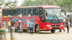 Straatventers die voedsel verkopen aan passagiers van een bus stock fotografie