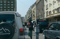 Straatventers in een straat in Luanda, Angola. Stock Foto