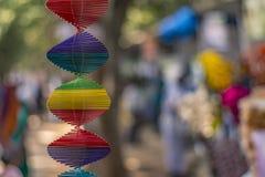 Straatventers: Spiraalvormige Stuk speelgoed hanger die - met vage achtergrond roteren stock foto's