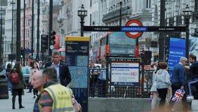 Straatverkeer en toeristen in Londen - extreme langzame motie - LONDEN - ENGELAND - SEPTEMBER 5, 2017 stock video