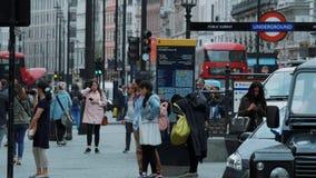 Straatverkeer en toeristen in Londen - extreme langzame motie - LONDEN - ENGELAND - SEPTEMBER 5, 2017 stock footage
