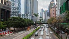 Straatverkeer met wolkenkrabbers in Hong Kong bij dag tijd-tijdspanne Filter omhoog stock video