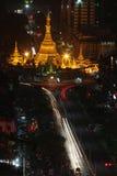 Straatverkeer 's nachts in Yangon-stadscentrum Stock Foto