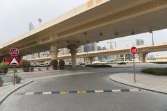 Straatverkeersdrempels op de weg aan Doubai stock fotografie