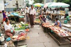 Straatverkoper bij de markt van Yangon op Myanmar Stock Afbeelding