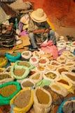Straatverkoper die een rozentuin houden marrakech marokko Stock Fotografie