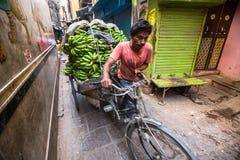 Straatverkoper van bananen Volgens legenden, werd de stad 5000 jaar geleden opgericht door God Shiva over Stock Afbeeldingen