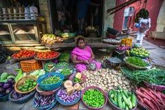 Straatverkoper van groen en groenten Stock Afbeeldingen