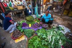 Straatverkoper van groen en groenten Stock Foto's