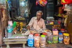Straatverkoper in zijn kleine winkel Volgens legenden, werd de stad 5000 jaar geleden opgericht door God Shiva over Royalty-vrije Stock Afbeelding