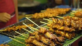 Straatvoedsel in Azië traditionele schotels van straatkeuken de markten van het nachtvoedsel stock footage